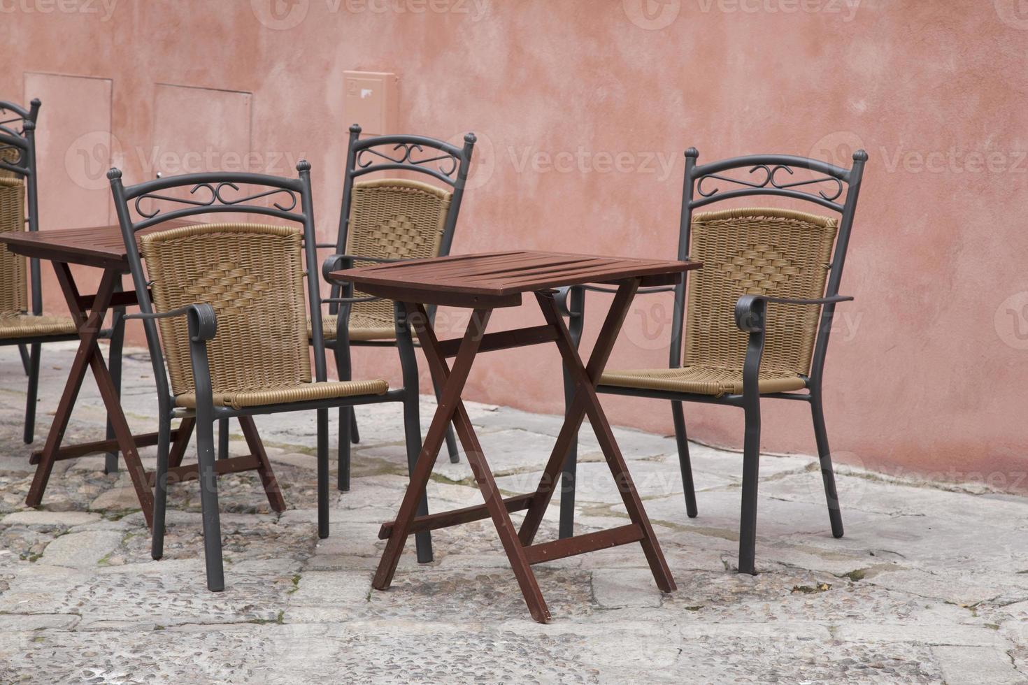 mesas y sillas de café; barrio de santa cruz; Sevilla foto