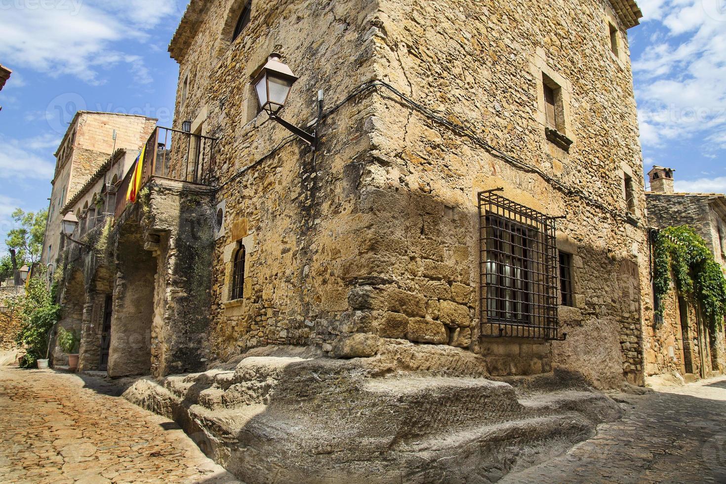 Ciudad medieval de calle de adoquines en Cataluña foto