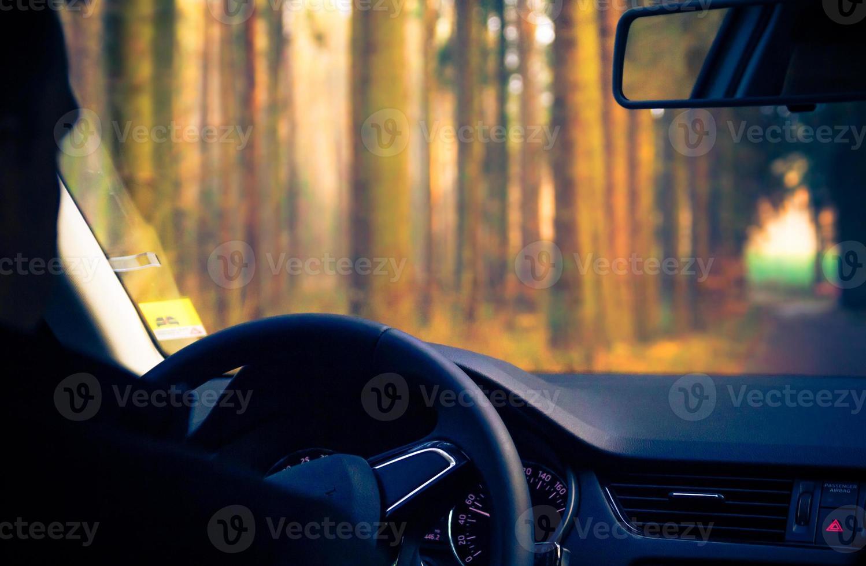 Ver dentro de la carretera del automóvil en movimiento foto