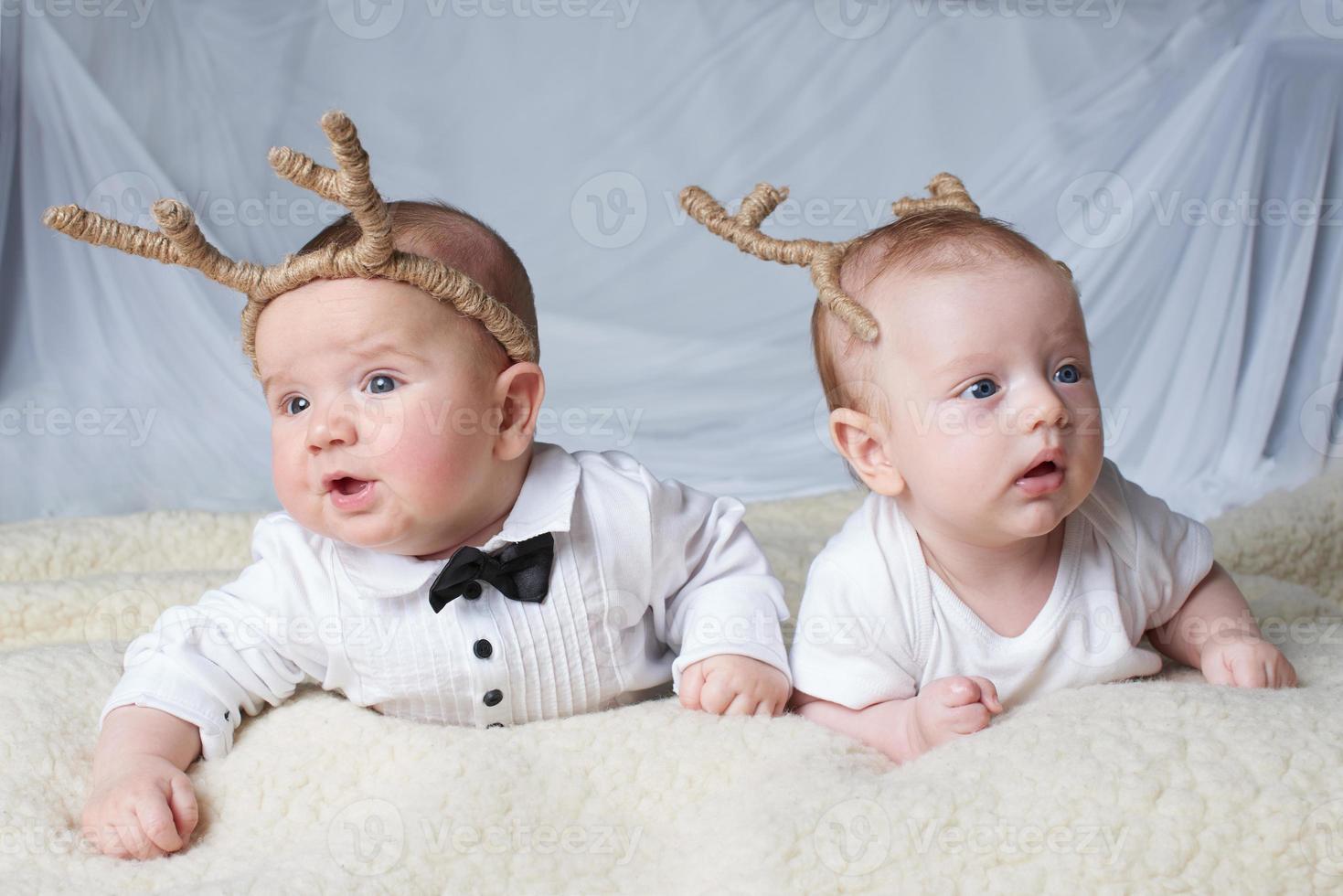 bambini con corna di cervo su sfondo luminoso foto