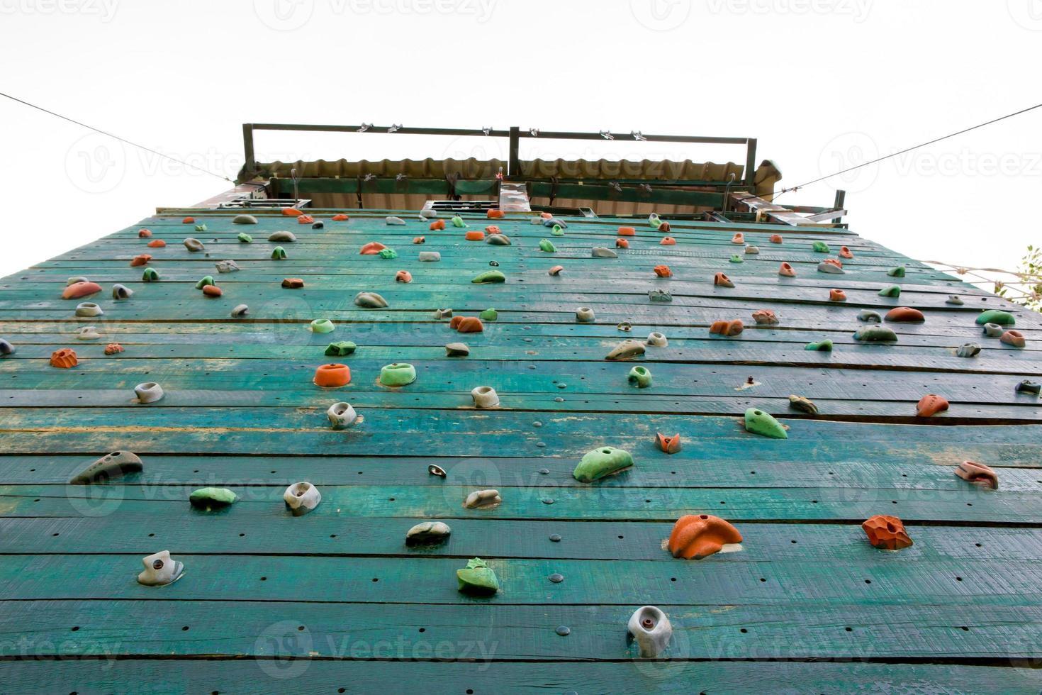 Grunge superficie de un muro de escalada artificial foto