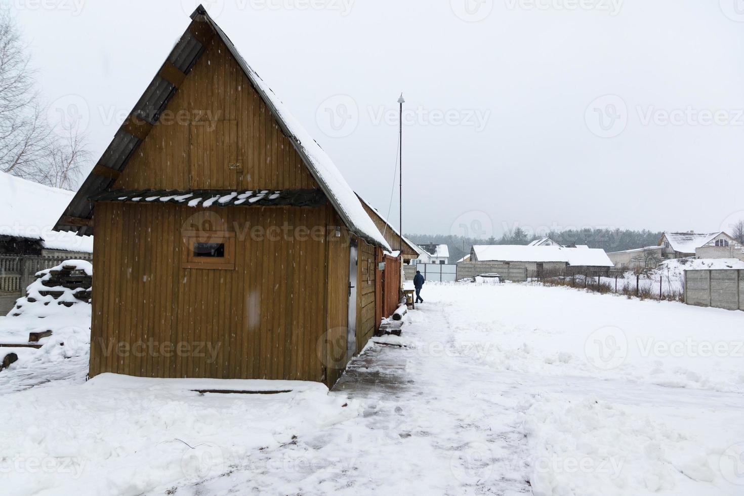 construcciones de madera bajo la nieve foto
