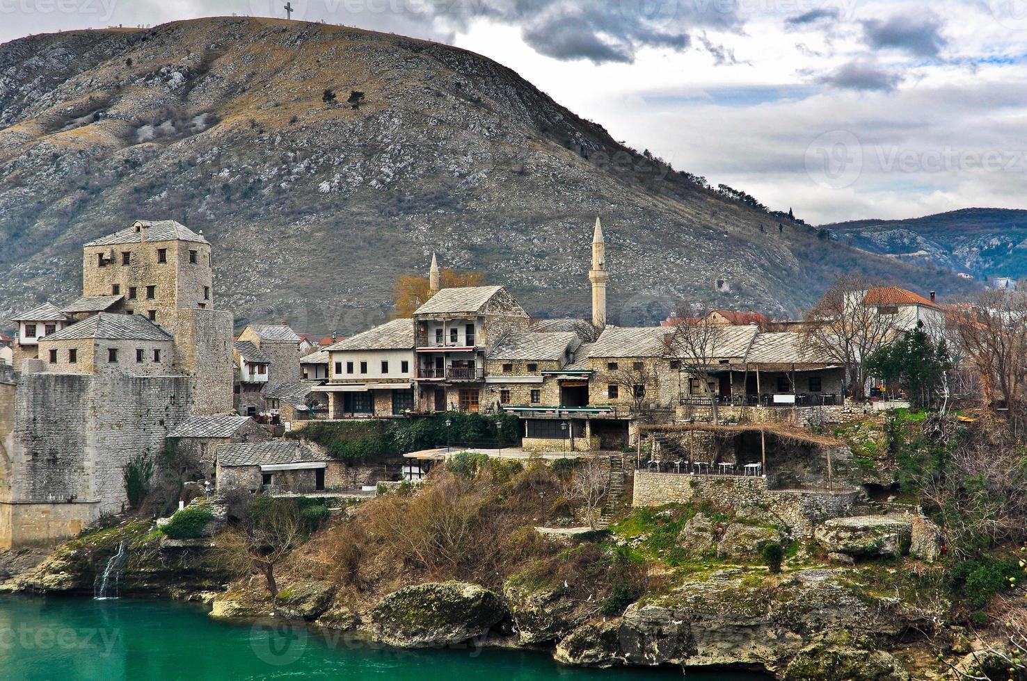 casco antiguo de mostar con paisaje de montaña foto