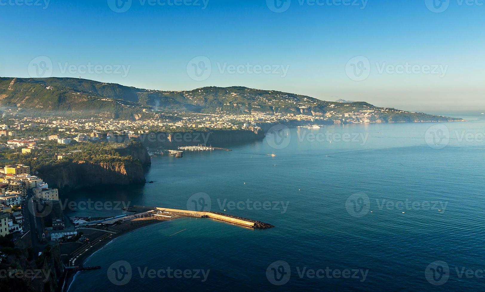 hermosa playa en sorrento italia foto
