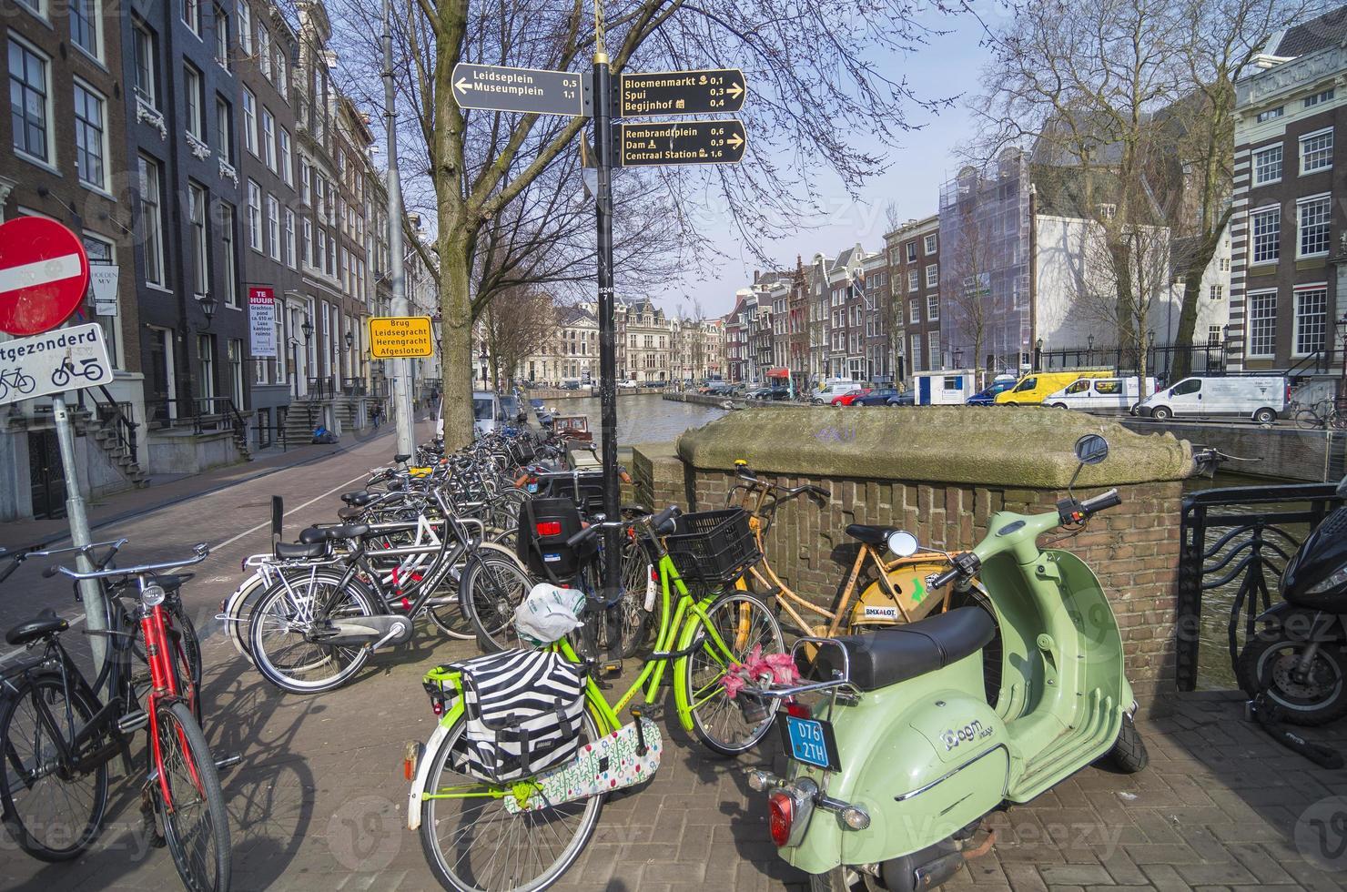 aparcamiento de bicicletas en el canal, amsterdam. foto