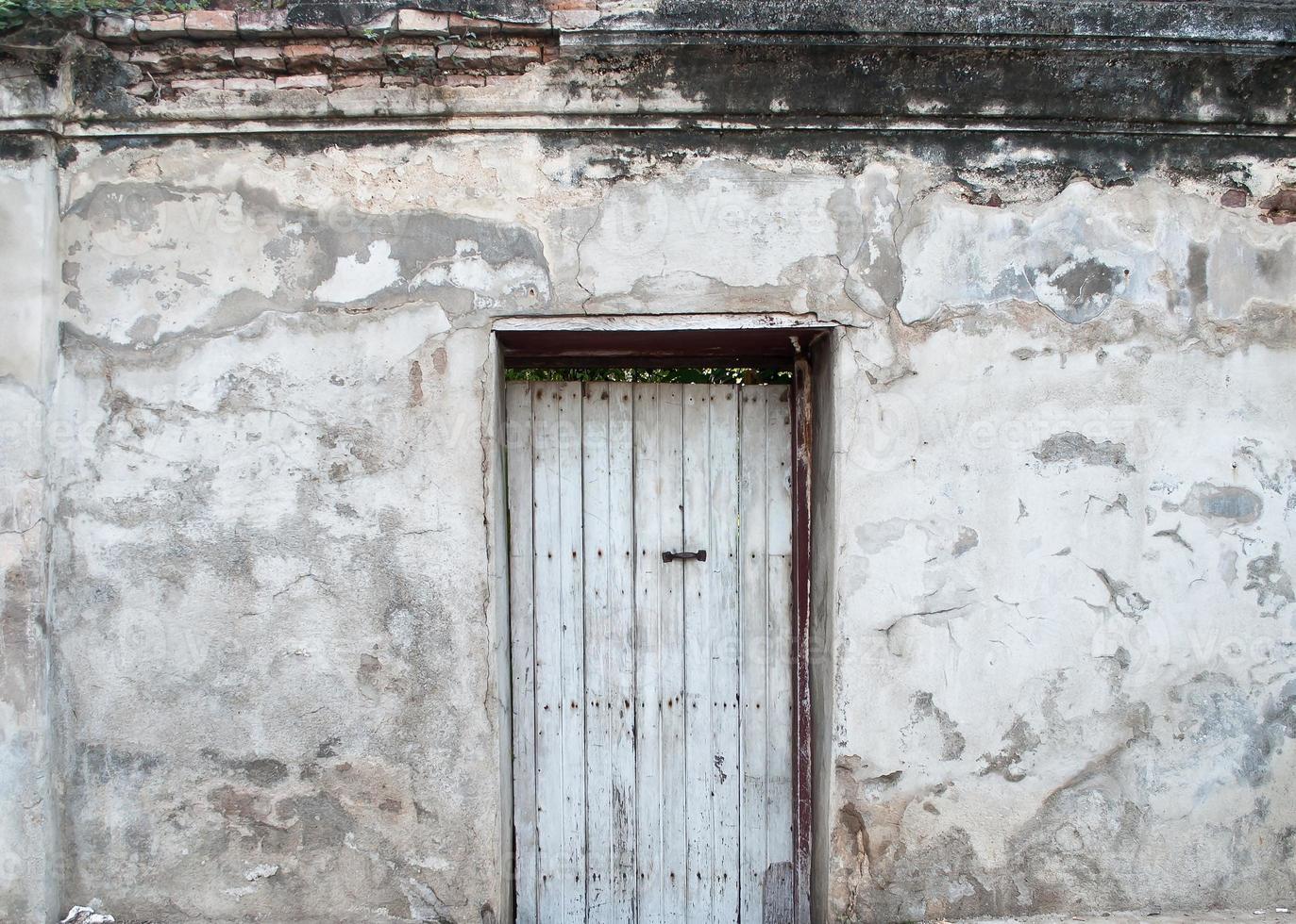 puerta vieja en las paredes viejas. foto