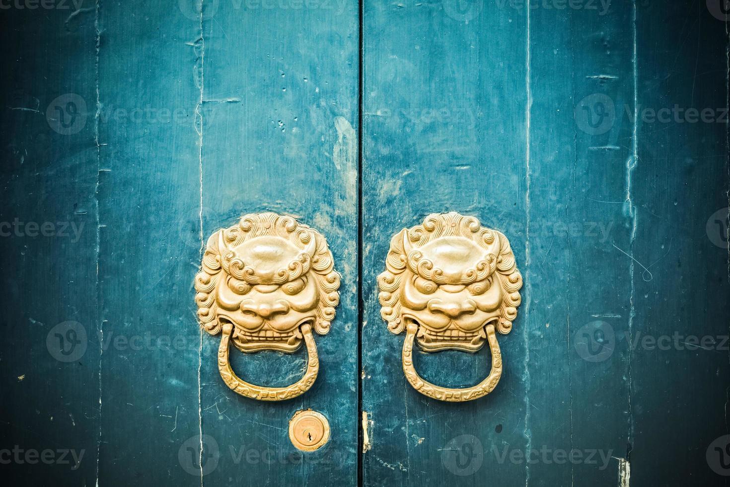 llamador de puerta oriental antiguo foto