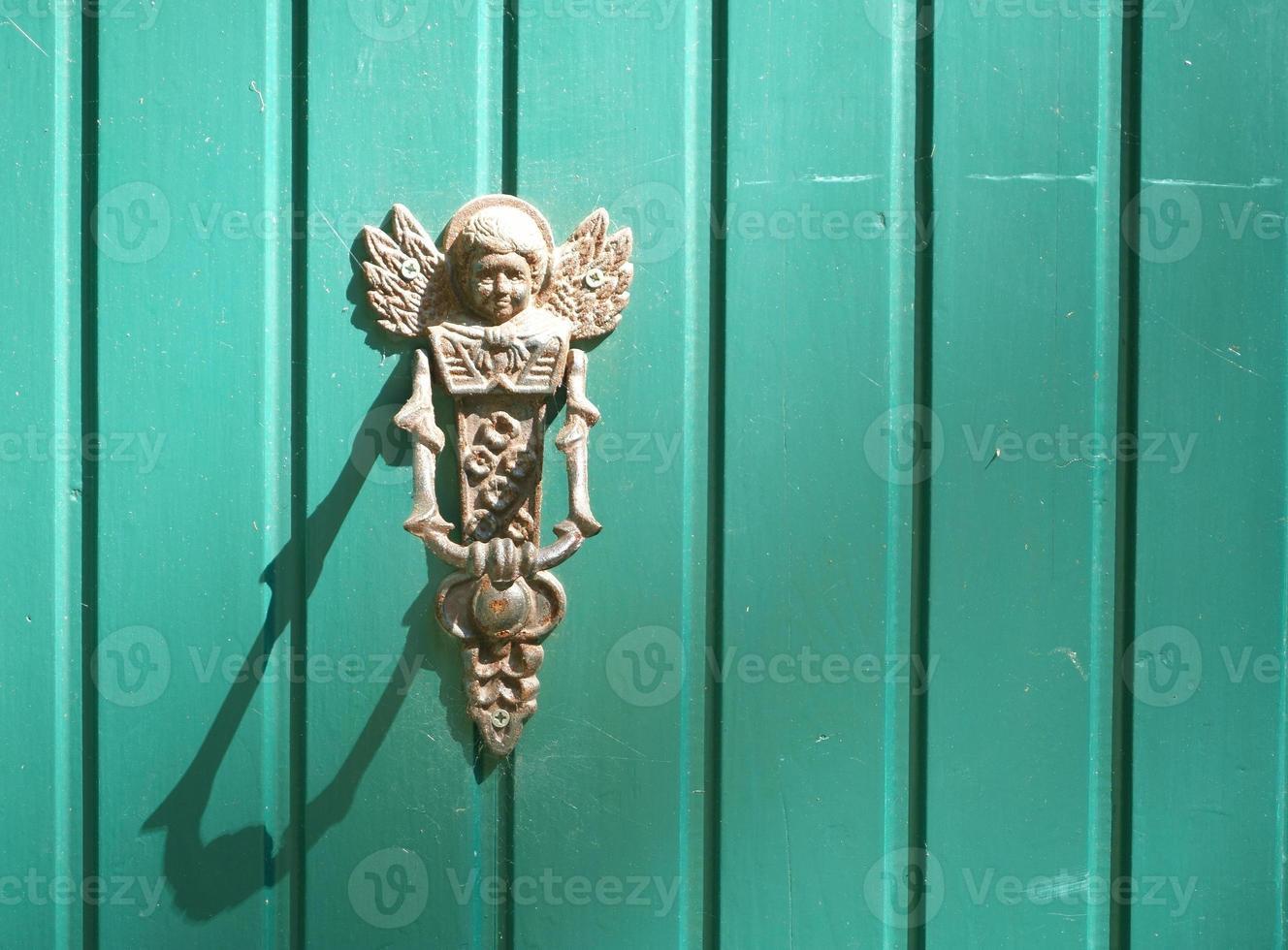 ángel aldaba a la puerta del cielo con su sombra foto