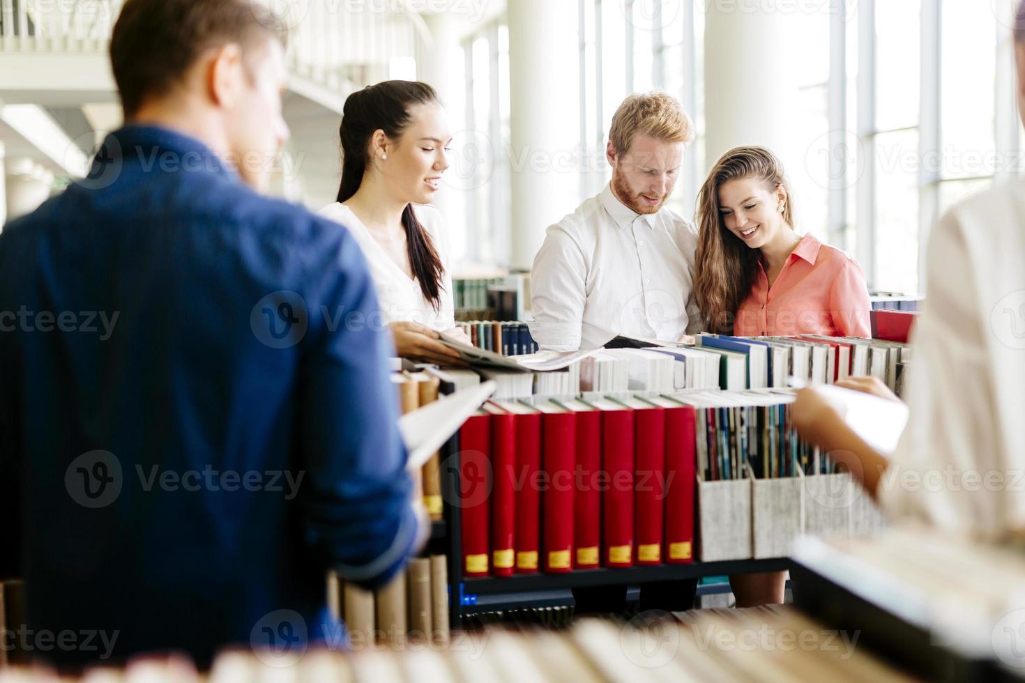 grupo de estudiantes que estudian en la biblioteca foto