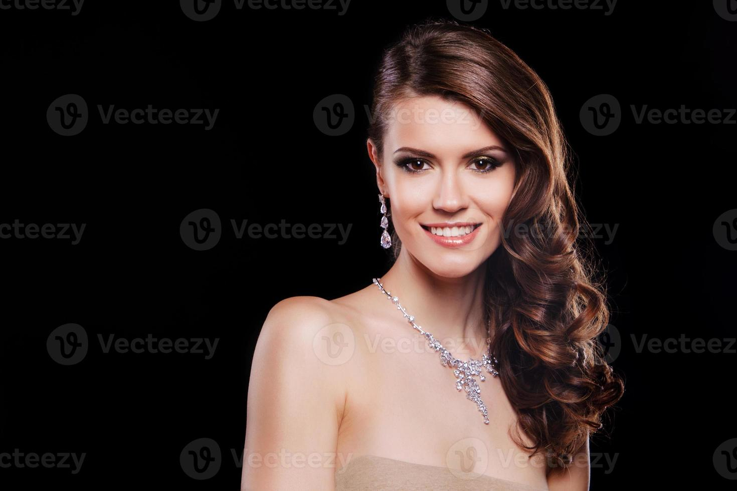 hermosa mujer sonriente con accesorios de lujo. maquillaje perfecto foto