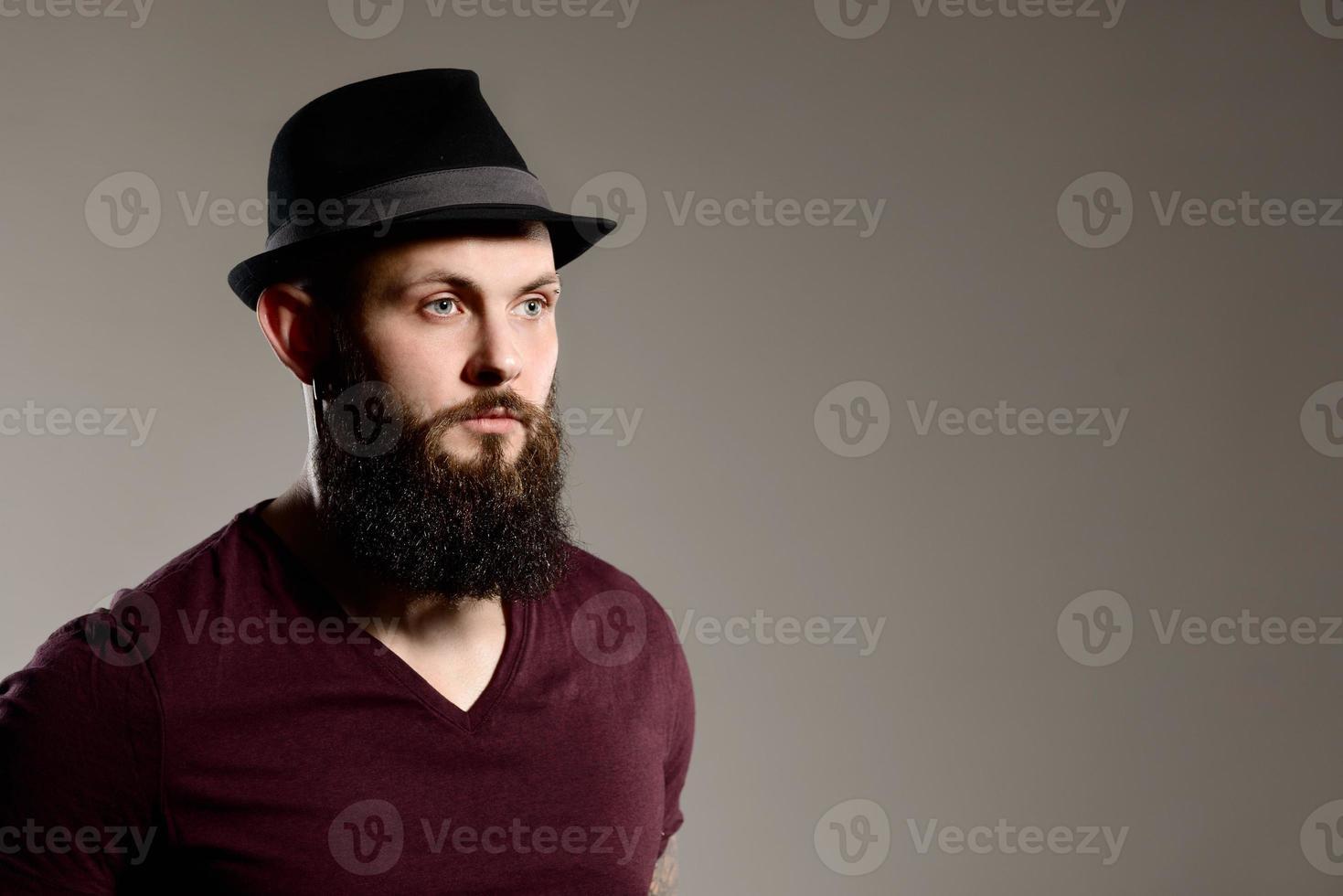 chico hipster barbudo tatuado foto