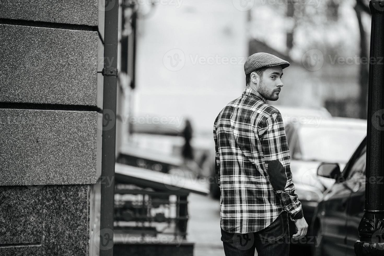 Hombre confiado posando en jeans de orillo foto