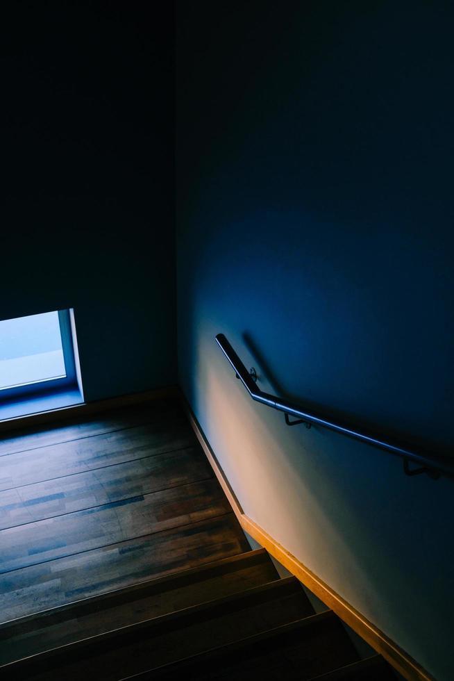 Escalera de madera marrón y barandilla de acero inoxidable. foto