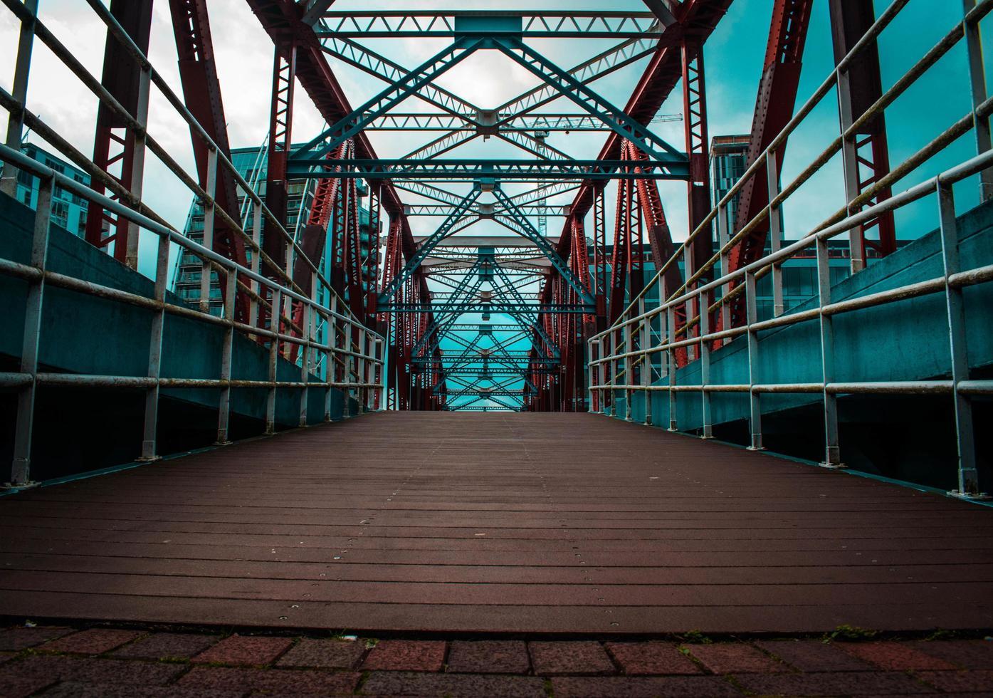 puente en el puerto de la ciudad foto