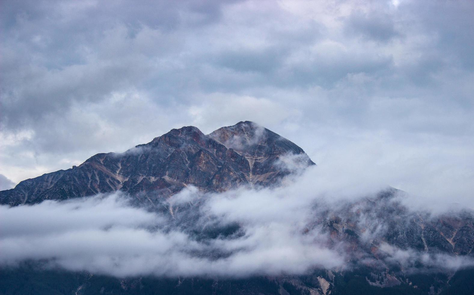 montaña cubierta de nubes foto