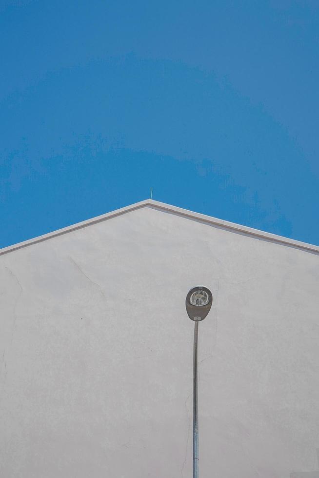Lamp post near white concrete building  photo