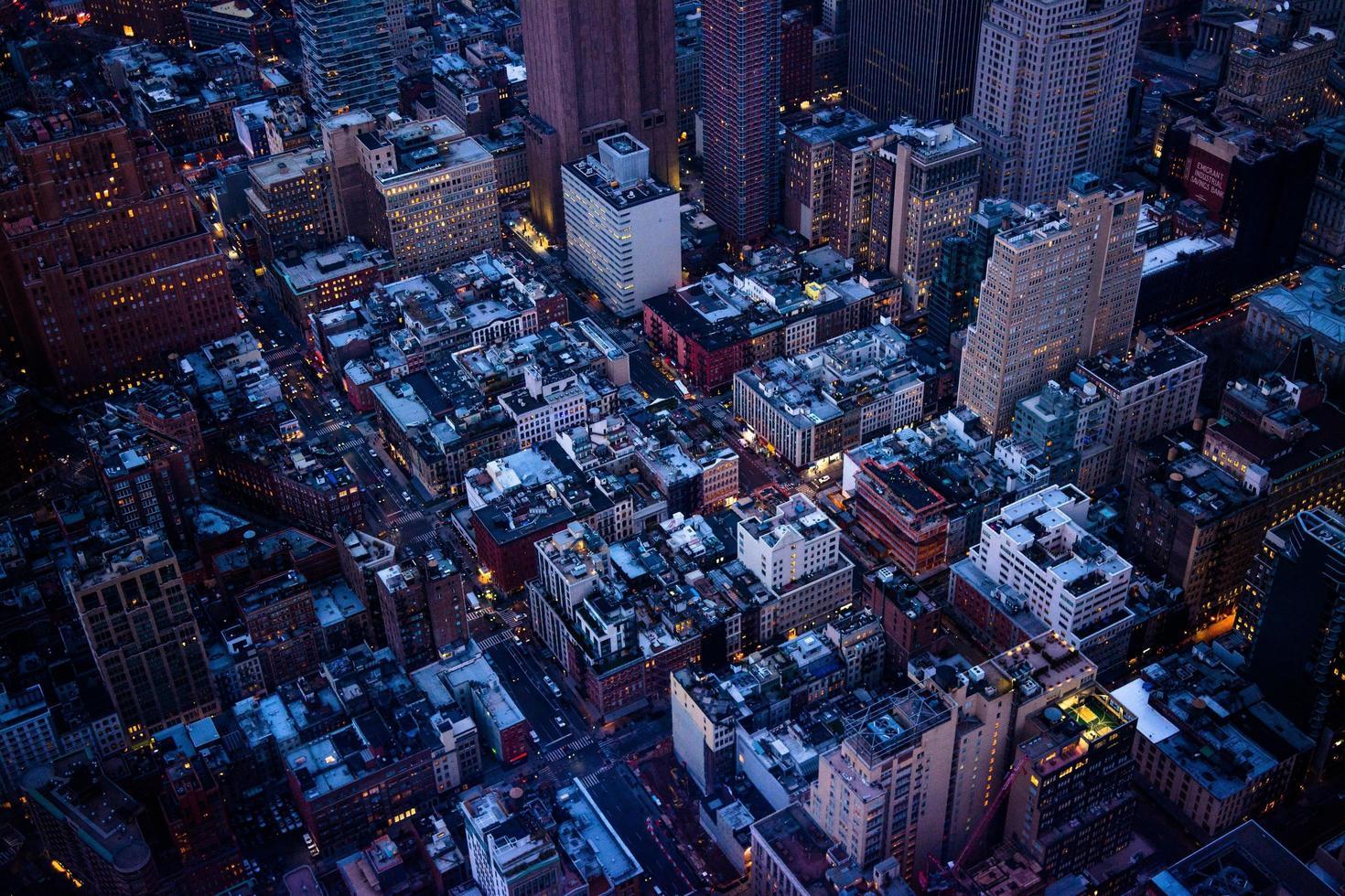 paisaje urbano durante la noche foto