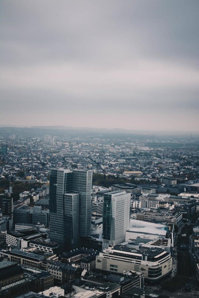 vista aérea de la ciudad con cielo nublado foto