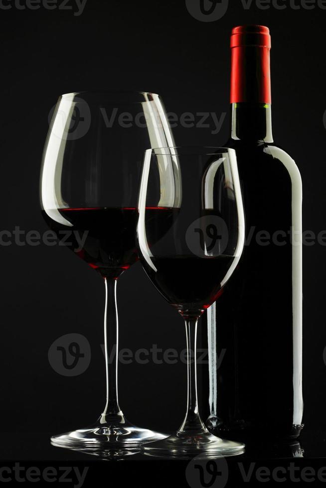 copa de vino tinto silueta fondo negro foto
