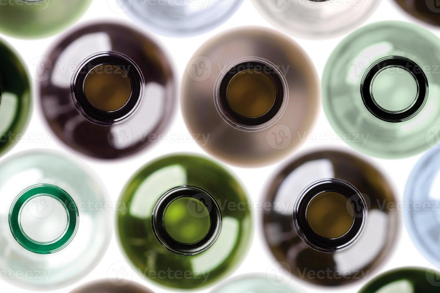 Fondo de botellas de vino vacías. foto