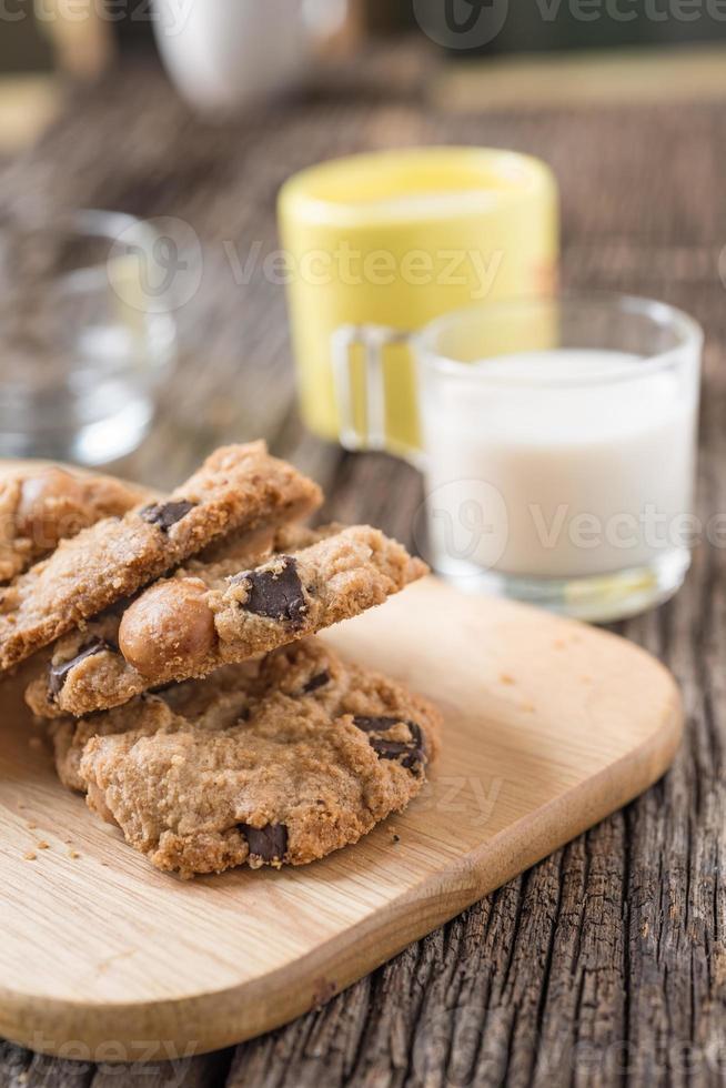 Pila de galleta con chispas de chocolate y vaso de leche foto