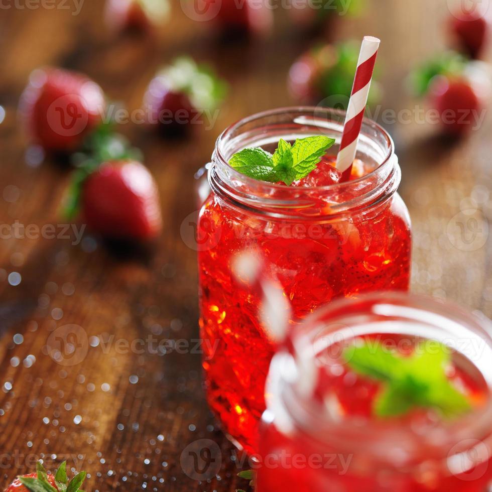 Frascos antiguos con cóctel de fresa rojo vivo foto