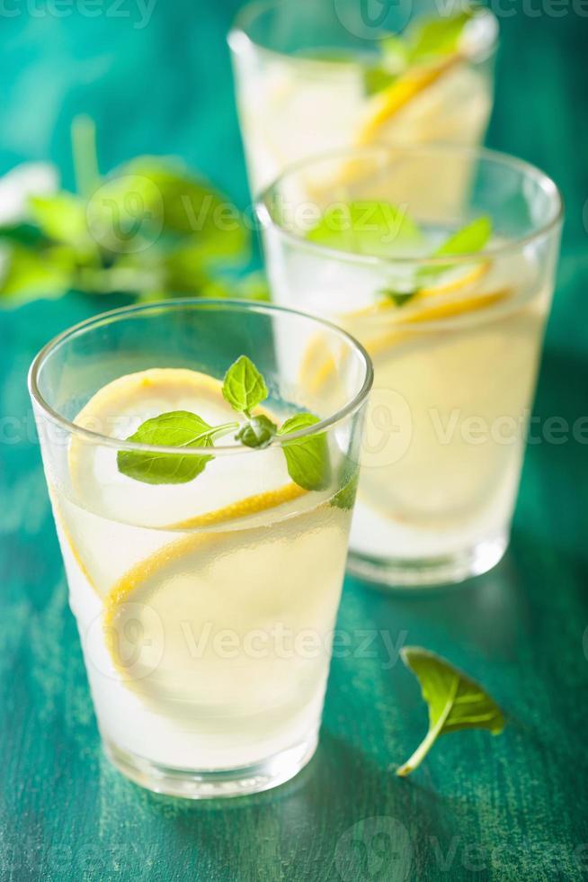 limonada fresca con menta en vasos foto
