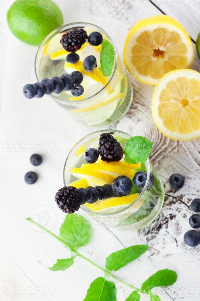limonada en un vaso con menta foto