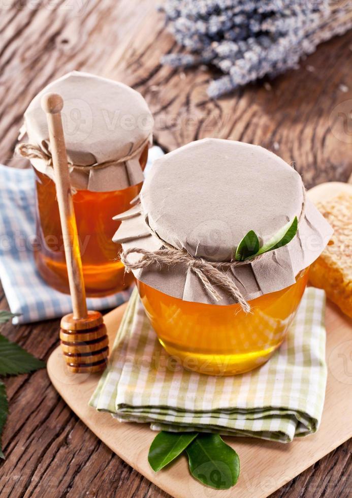 latas de vidrio llenas de miel. foto