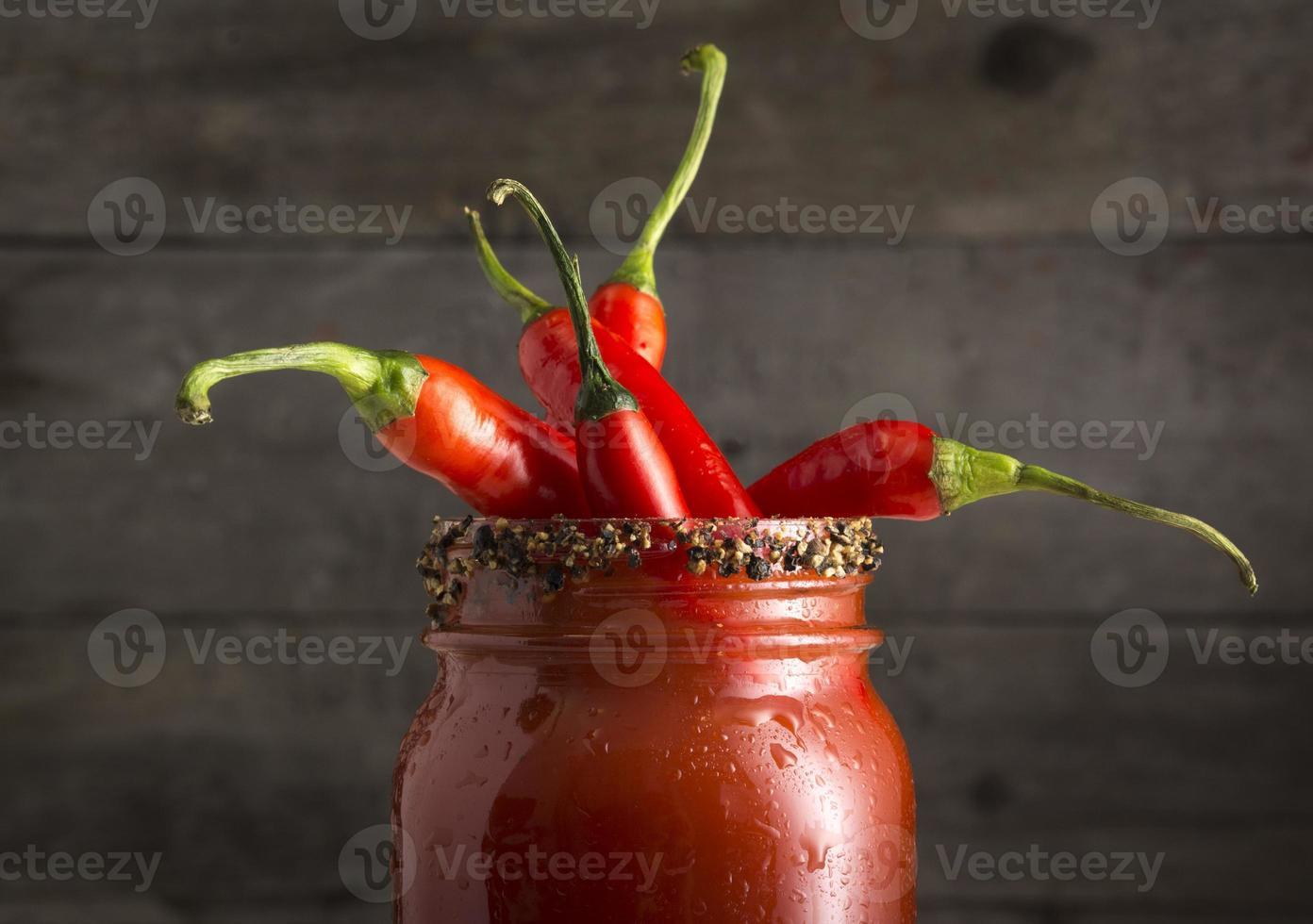 Cóctel Bloody Mary con chiles jalapeños rojos foto