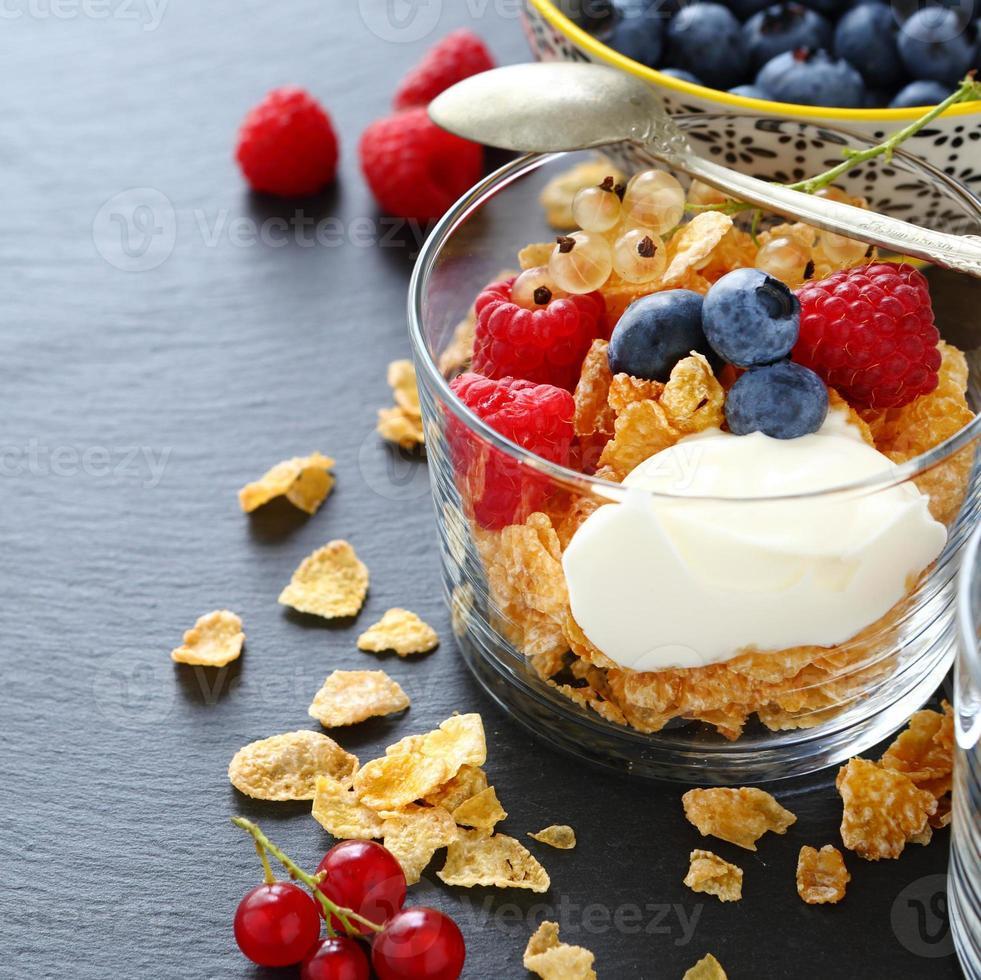 copos de cereales y yogur en un vaso foto