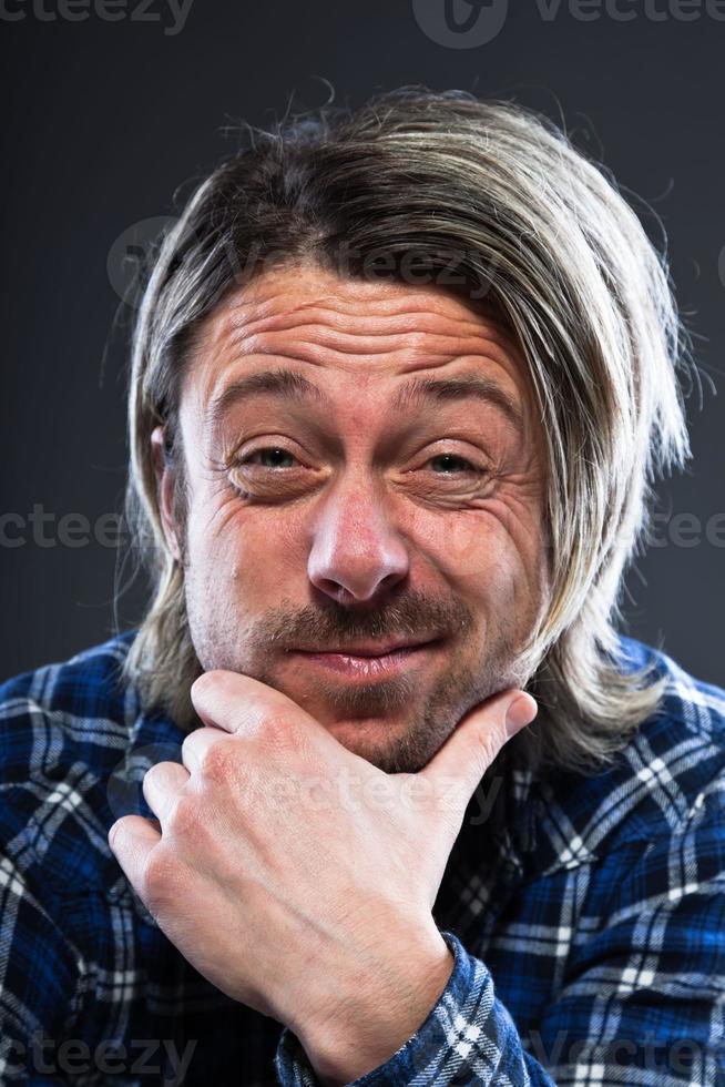 expresivo joven con cabello largo rubio y barba. foto