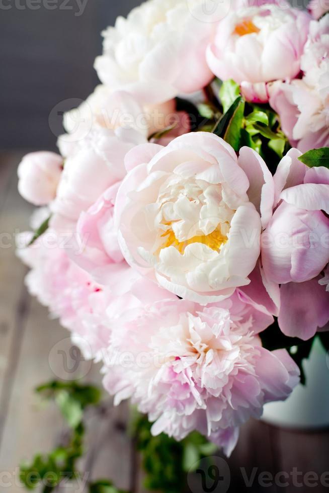 ramo de flores de peonía en un tarro de esmalte foto