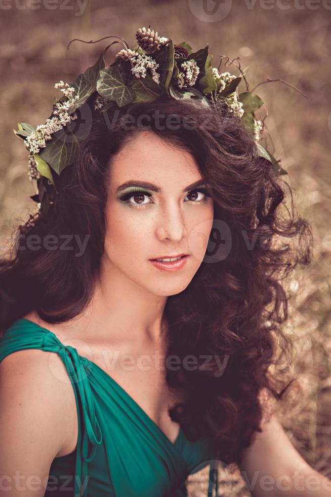 linda chica morena con corona foto