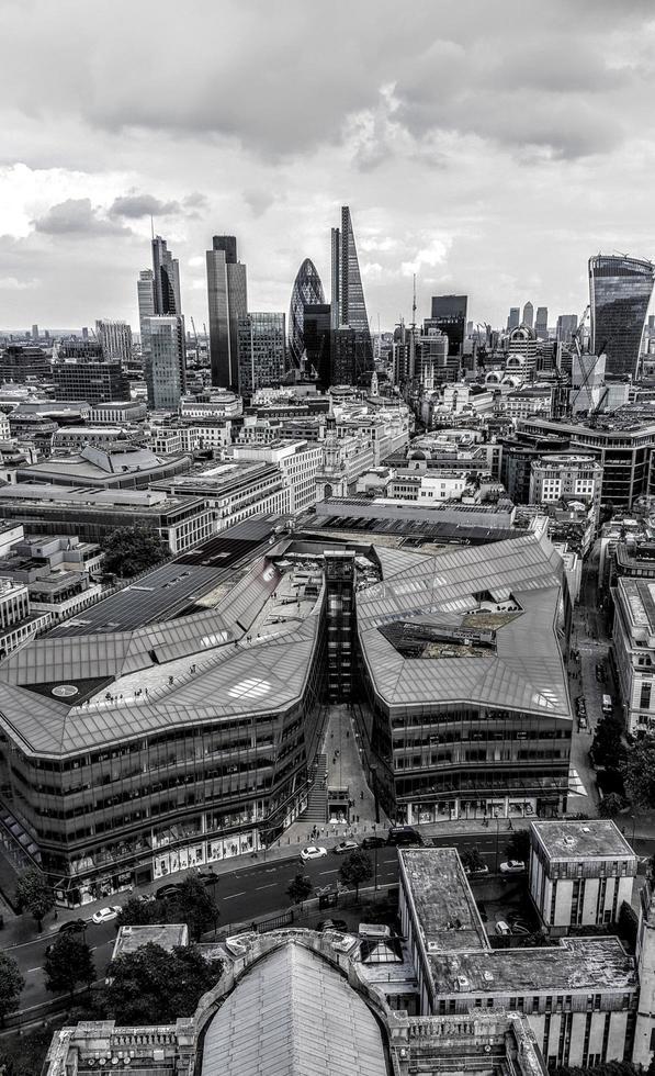 vista aérea en escala de grises del horizonte de la ciudad foto