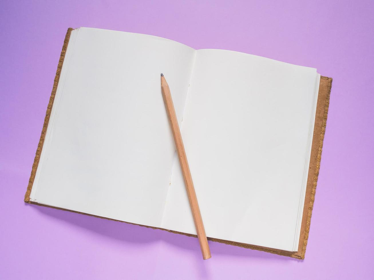 cuaderno escolar sobre un fondo morado foto