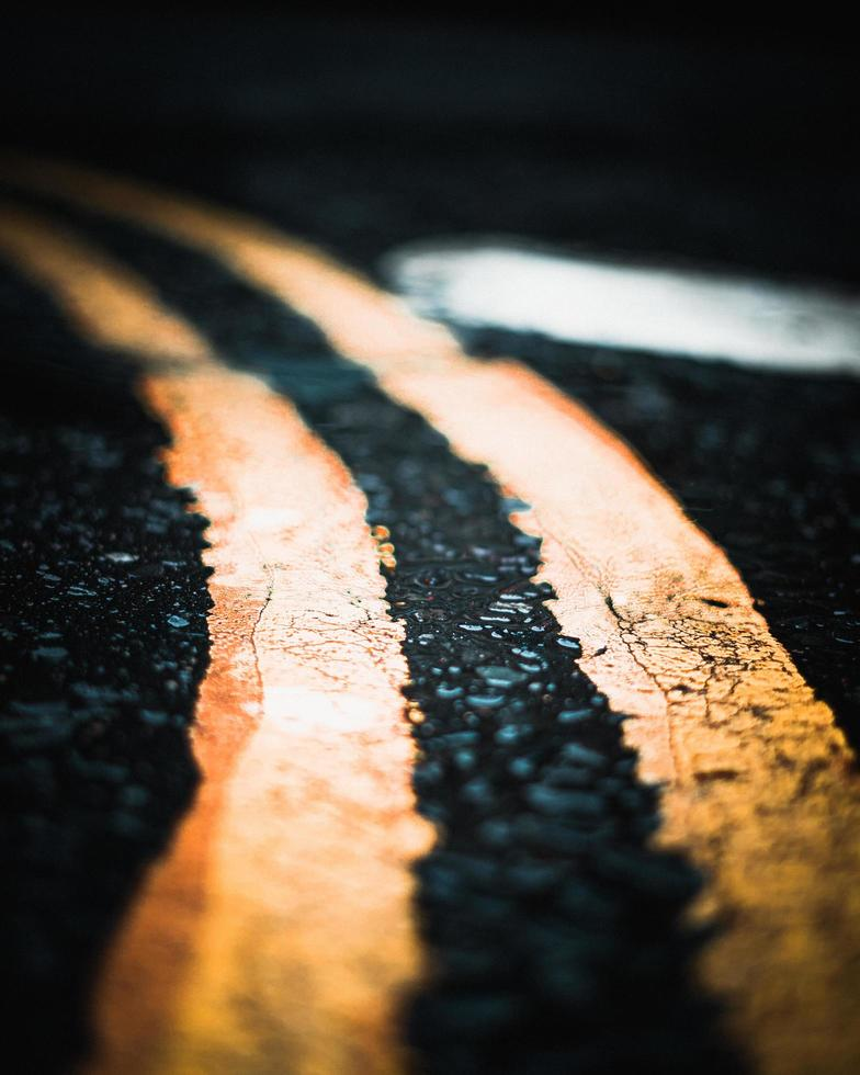 líneas amarillas en la carretera foto