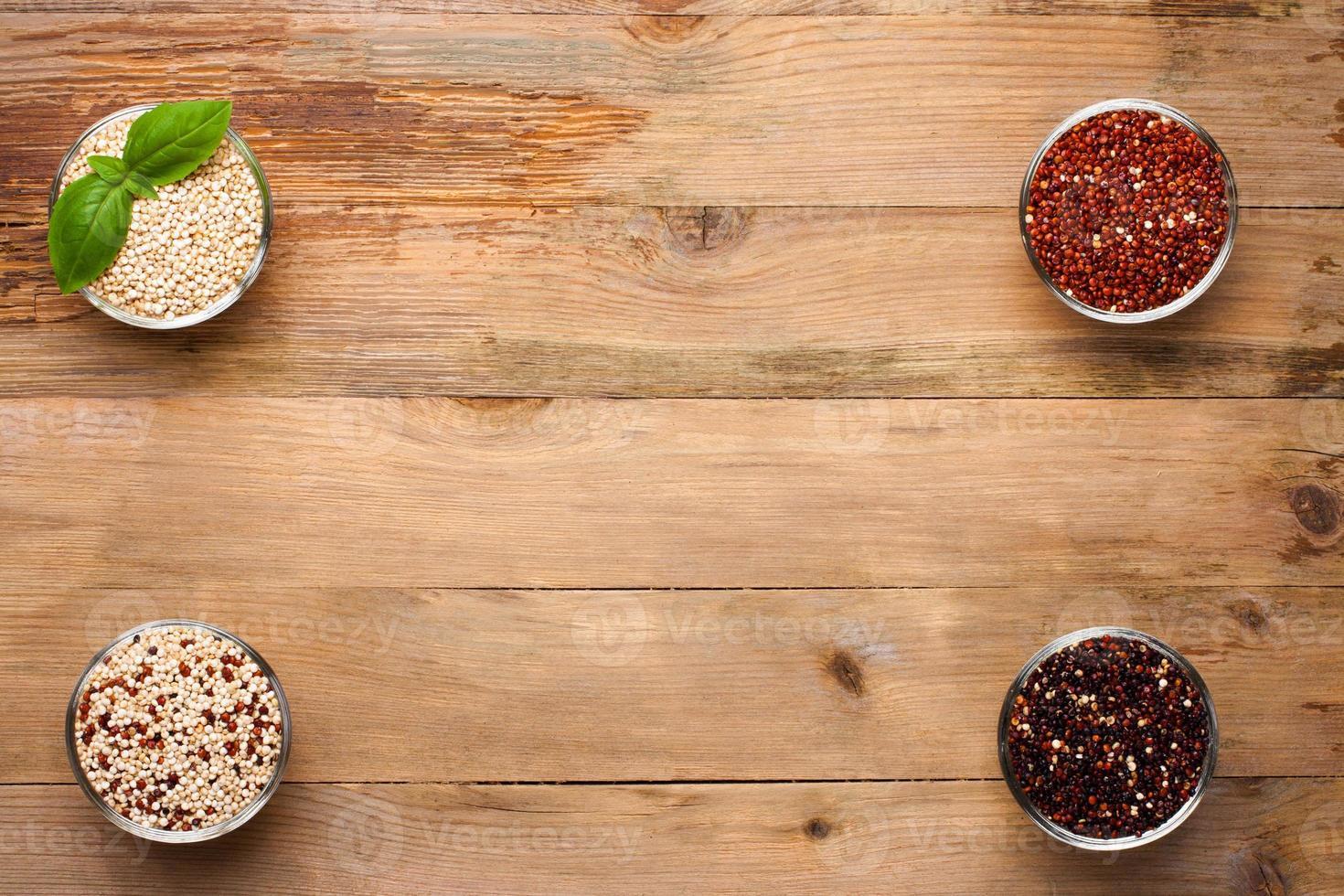 grano de quinua cruda blanca, roja, negra y mixta foto