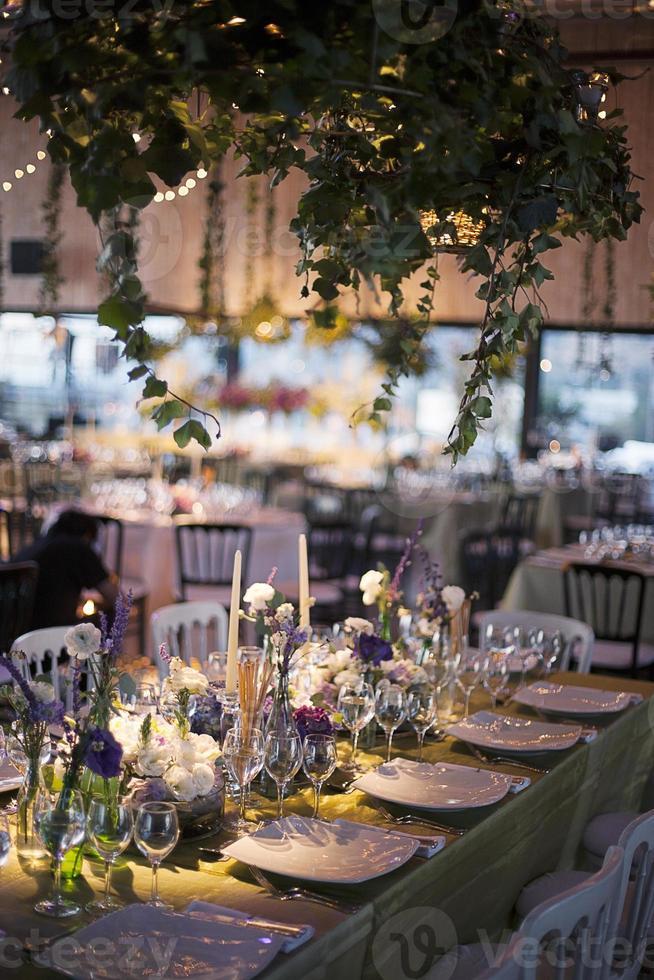 elegante mesa durante la recepción de una boda foto