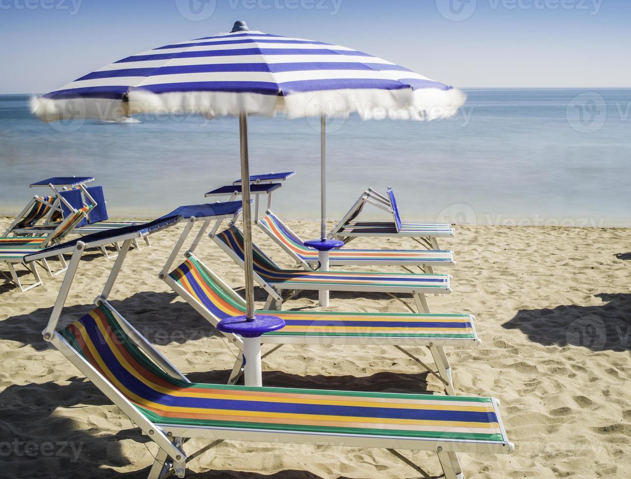 hamacas y sombrillas en la playa foto