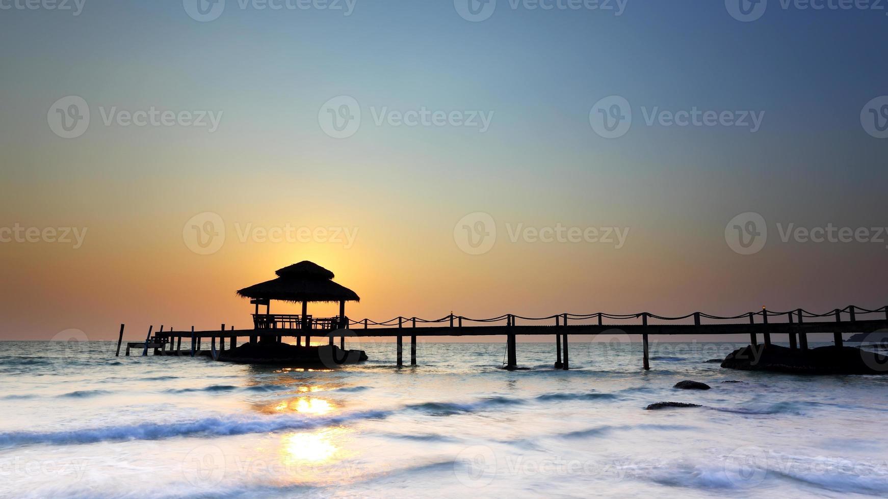 puesta de sol sobre la playa en koh kood foto