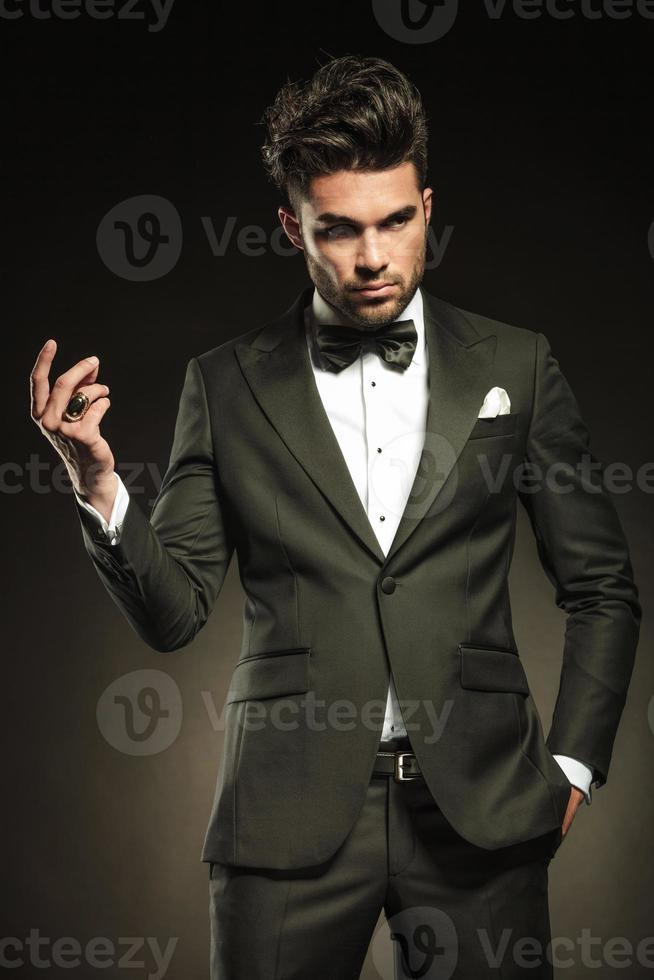 atractivo, hombre de negocios, chasquear los dedos foto