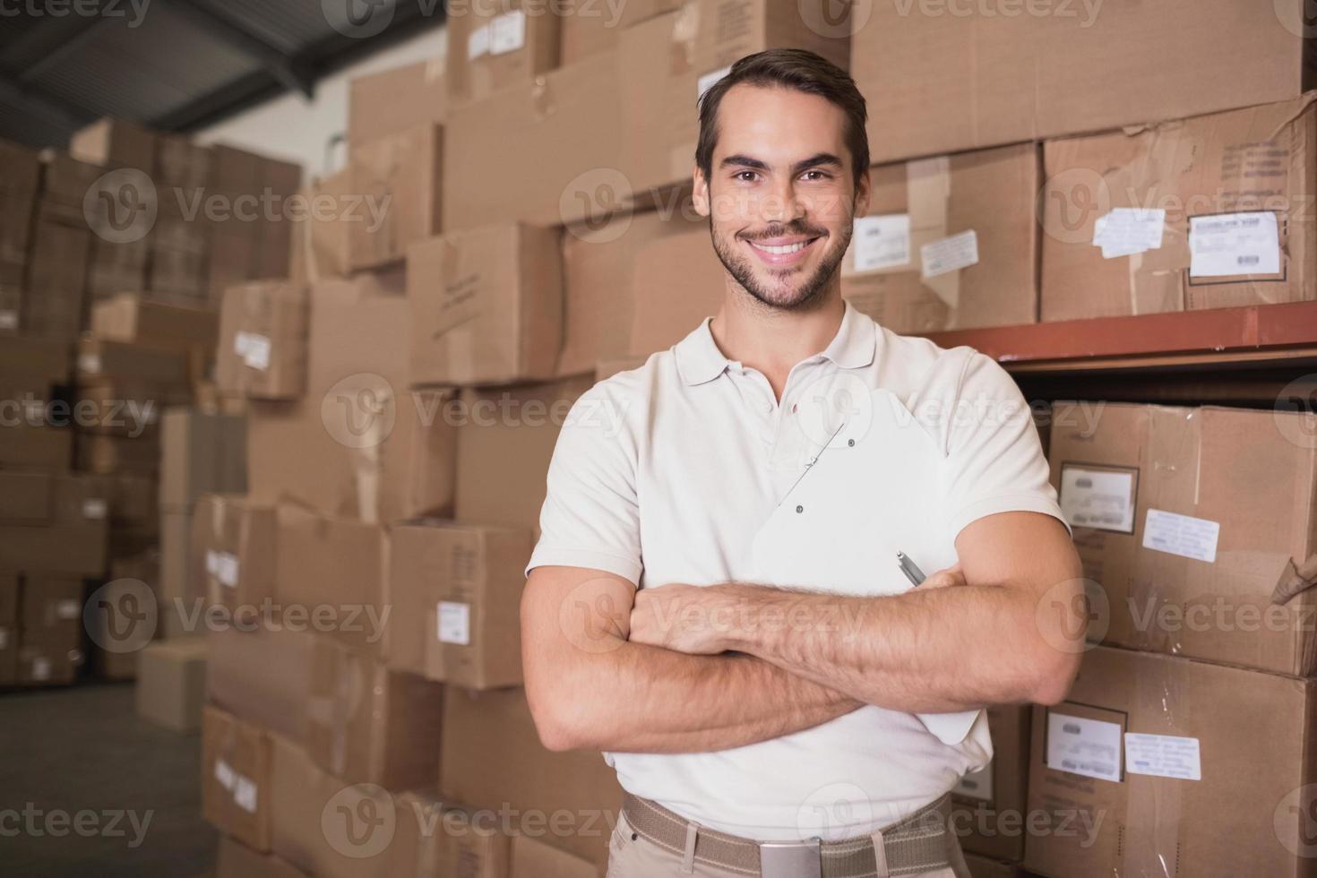 trabajador seguro sonriendo en el almacén foto
