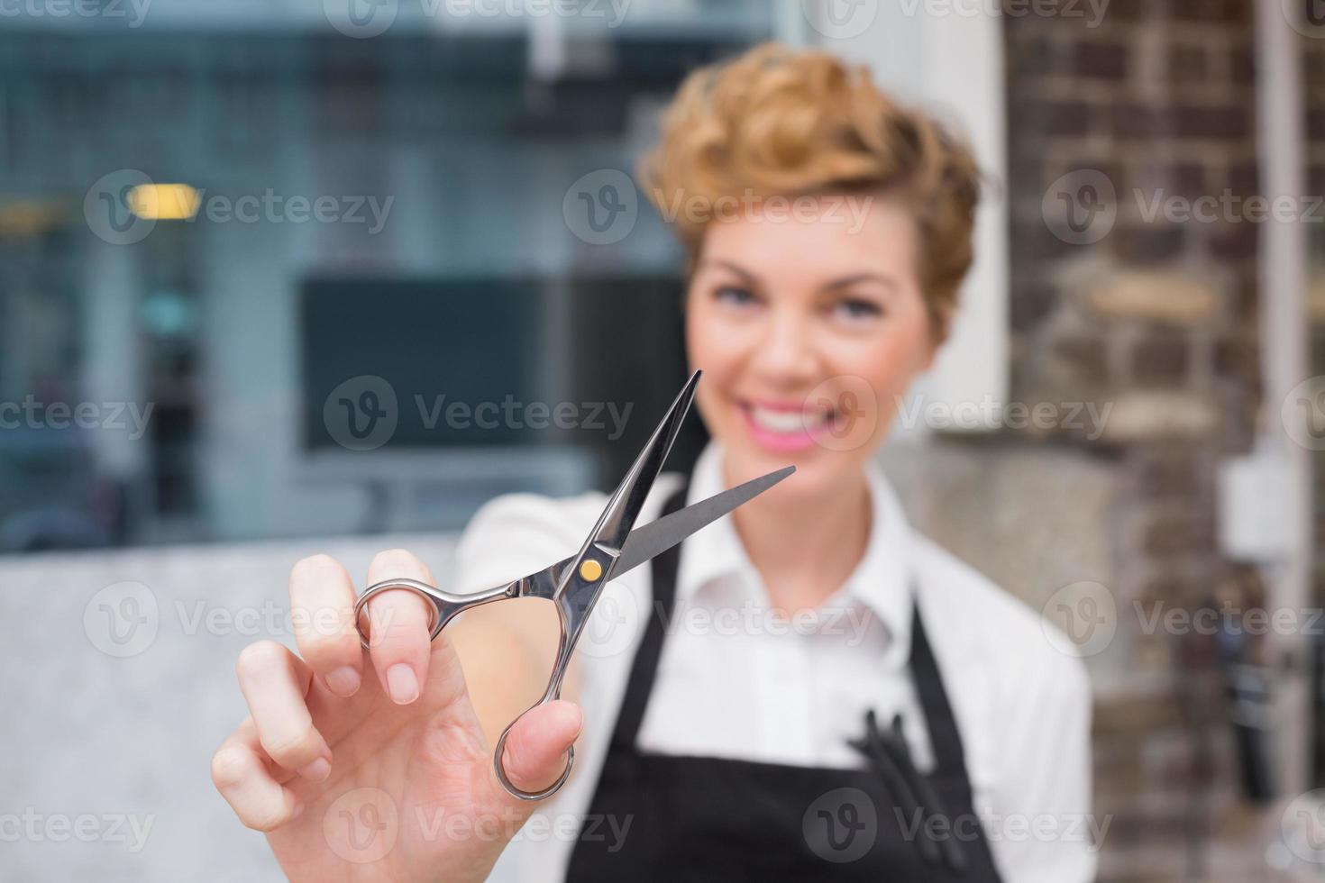 peluquero seguro sonriendo a la cámara foto