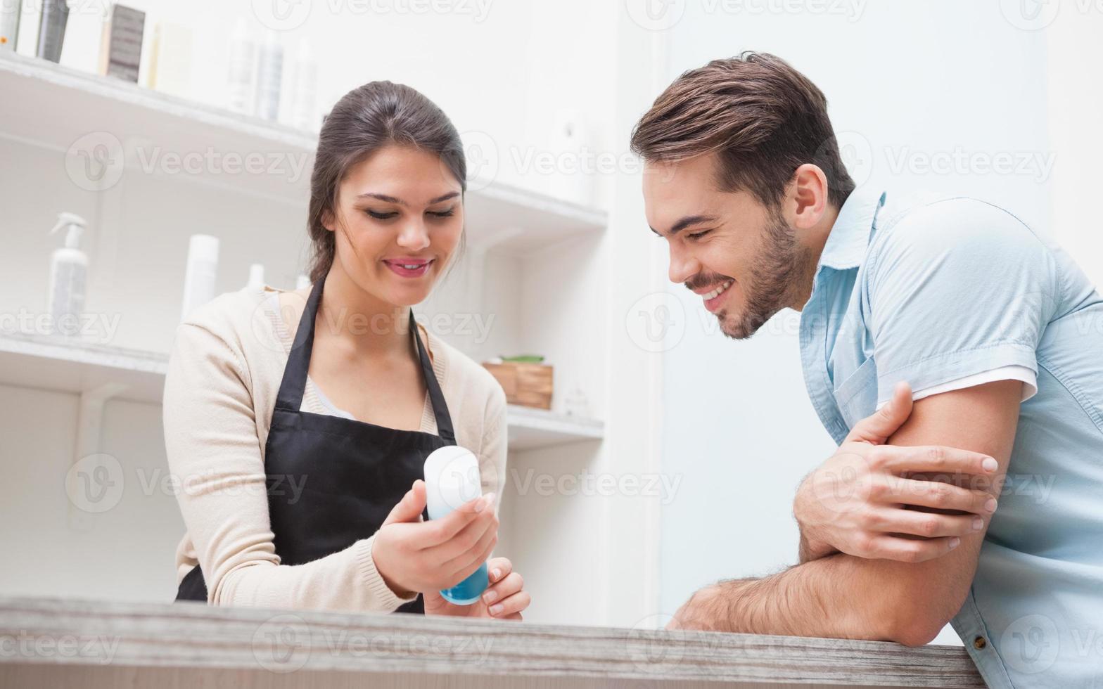 peluquero hablando con un cliente foto