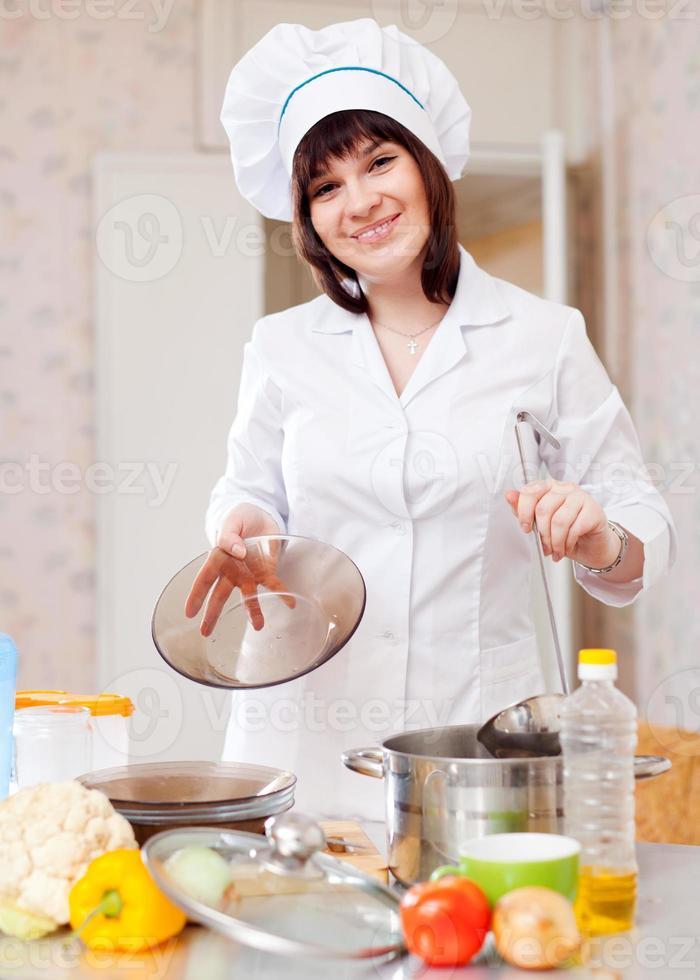 cocinar mujer con cucharón foto