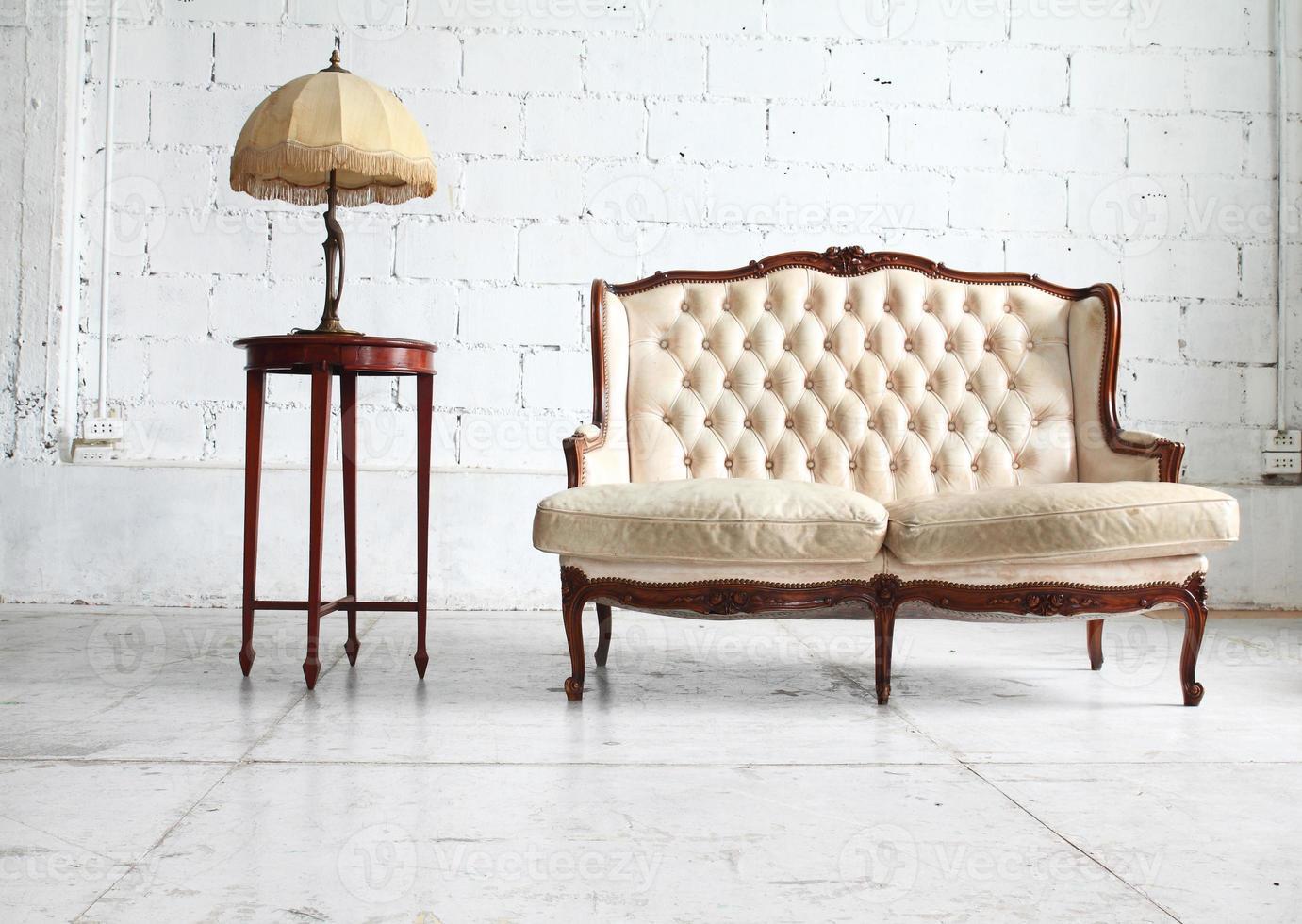 lujoso sofá en sala vintage foto