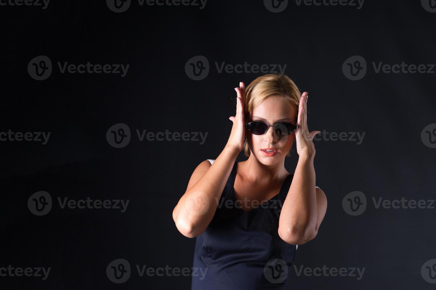 elegancia elegante mujeres empresarias con gafas de sol foto
