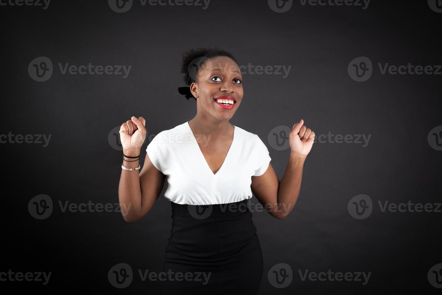 hermosa mujer haciendo diferentes expresiones en diferentes conjuntos de ropa foto