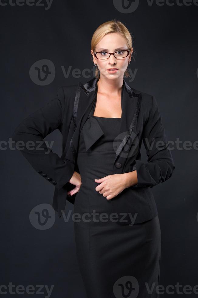 Elegancia elegante empresarias con gafas en vestido negro foto